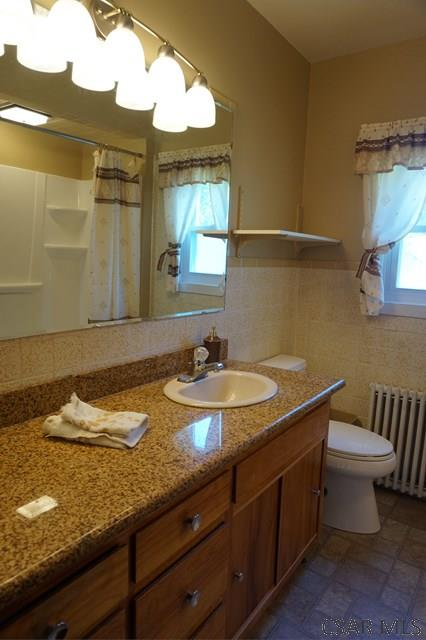 Full bath w/granite countertops